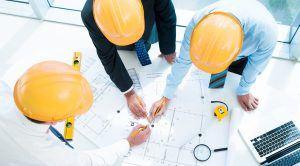 aannemer met bouwplannen